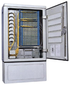 Outdoor fiber optic distribution cabinet